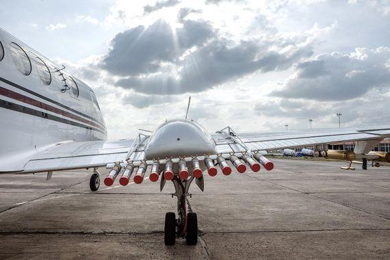 Un avion équipé de canons à iodure d'argent