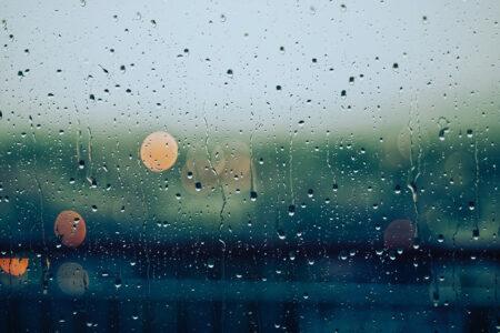 Fenêtre avec de l'eau de pluie